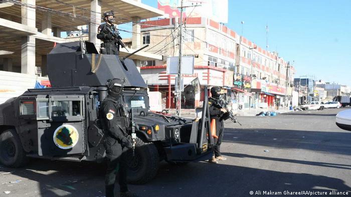 Sicherheitskräfte bewachen einen Kontrollpunkt in Kirkuk, Irak