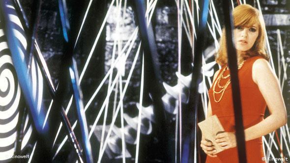 Frau in Galerie mit kinetischen Kunstwerken - Szene aus 'Seine Gefangene' (Foto: Kinowelt)