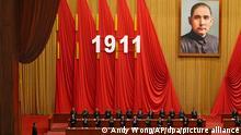 Delegierte applaudieren, als der chinesische Präsident Xi Jinping (l) bei einer Veranstaltung zum 110. Jahrestag der Xinhai-Revolution in der Großen Halle des Volkes in Peking eintrifft. +++ dpa-Bildfunk +++