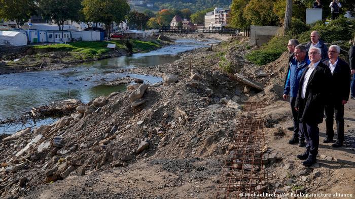 Preşedintele federal Frank-Walter Steinmeier a vizitat regiunea sinistrată pentru a-şi face o imagine despre dimensiunile catastrofei.