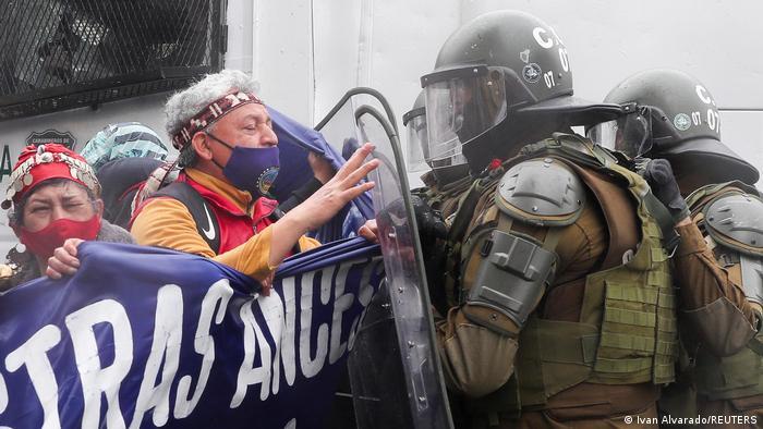 Chile   Protestmarsch Volksgruppe der Mapuche in Santiago   Ausschreitungen