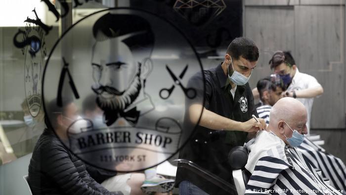 Australien Sydney   Kunden und Frieseure im Barber-Shop