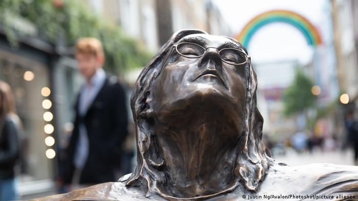 Ova skulptura u Londonu (Carnaby Street) otkrivena je povodom rođendana Džona Lenona koji bi u subotu 9. oktobra napunio 81. godinu. Lenon je ubijen u Njujorku 8. decembra 1980. kada je imao 40 godina.