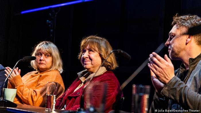 Светлана Алексиевич (в центре) во время дискуссии после премьеры спектакля по ее роману Цинковые мальчики в Немецком театре