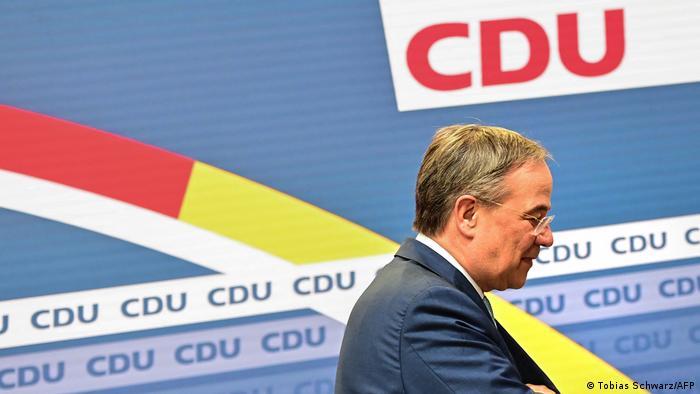 Armin Laschet im Profil, geht nach rechtsaußen aus dem Bild, im Hintergrund ist das Logo der CDU zu sehen.