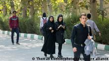 Studentinnen und Studenten laufen an der Universitaet in Teheran, Iran ueber den Campus, Teheran, 18.10.2015. Copyright: Thomas Koehler/picture alliance/photothek