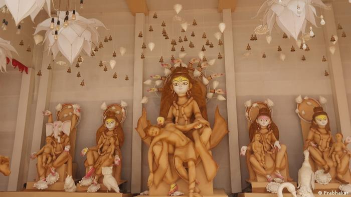 Sledbenici hinduizma, a ima ih oko milijardu u svetu, najviše u Indiji, slave ovih dana Durga puđu, praznik posvećen boginji Durga. Ona ima mnogo oblika u kojima se pojavljuje i predstavlja, nagrađuje i kažnjava ljude... A ovde je u centru oltara predstavljena slično kao Pieta.