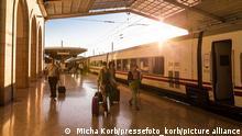 25.04.2020 Morgens am Bahnhof Lissabon Santa Apolónia / Apolonia. Gerade ist ein Zug der spanischen Bahngesellschaft renfe eingerollt. Passagiere / Fahrgäste laufen mit ihren Koffern in Richtung Ausgang. || Mindestpreis 0 Euro