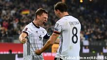 8.10.2021, Hamburg, Deutschland, Soccer Football - World Cup - UEFA Qualifiers - Group J - Germany v Romania - Volksparkstadion, Hamburg, Germany - October 8, 2021 Germany's Joshua Kimmich celebrates with Leon Goretzka after Thomas Muller scores their second goal REUTERS/Fabian Bimmer TPX IMAGES OF THE DAY