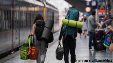 ARCHIV - 15.08.2018, Hessen, Frankfurt/Main: Junge Reisende gehen im Hauptbahnhof der Mainmetropole mit ihren Rucksäcken über den Bahnsteig. Mehr als 14.500 junge EU-Bürger bekommen in diesem Jahr ein Gratis-Ticket für eine Europareise geschenkt. Die Gewinner seien aus fast 80.000 Bewerbern ausgewählt worden, teilte die EU-Kommission am 14.01.2019 mit. Es handelt sich um die zweite Runde des Programms DiscoverEU, das 18-Jährigen die Möglichkeit geben soll, den Kontinent zu erkunden. (zu dpa EU schenkt 14 500 jungen Menschen Tickets für Europareisen vom 14.01.2019) Foto: Andreas Arnold/dpa +++ dpa-Bildfunk +++