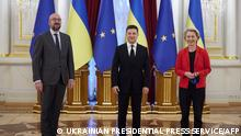 This handout picture taken and released by the Ukrainian Presidential Press Service on October 12, 2021, shows Ukrainian President Volodymyr Zelensky (C), European Council leader Charles Michel (L) and European Commission leader Ursula von der Leyen (R) posing for a photo during their meeting in Kiev. - EU leaders meet Tuesday with Ukrainian President Volodymyr Zelensky, who has fiercely opposed a new gas pipeline that bypasses his country and increases Europe's energy reliance on Russia. (Photo by Handout / UKRAINIAN PRESIDENTIAL PRESS SERVICE / AFP) / RESTRICTED TO EDITORIAL USE - MANDATORY CREDIT AFP PHOTO / Ukrainian Presidential Press Service - NO MARKETING - NO ADVERTISING CAMPAIGNS - DISTRIBUTED AS A SERVICE TO CLIENTS