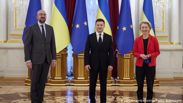 Ukrainian President Volodymyr Zelensky (C), European Council leader Charles Michel (L) and European Commission leader Ursula von der Leyen