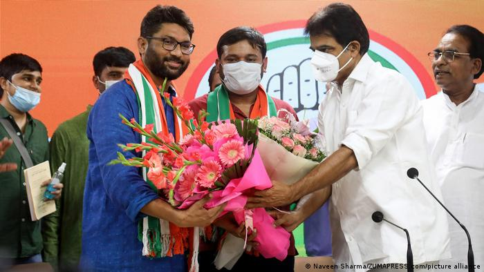 Kanhaiya Kumar and Jignesh Mevani hold flowers