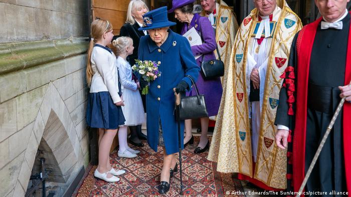 Por orientação médica, rainha Elizabeth cancela viagem para descansar
