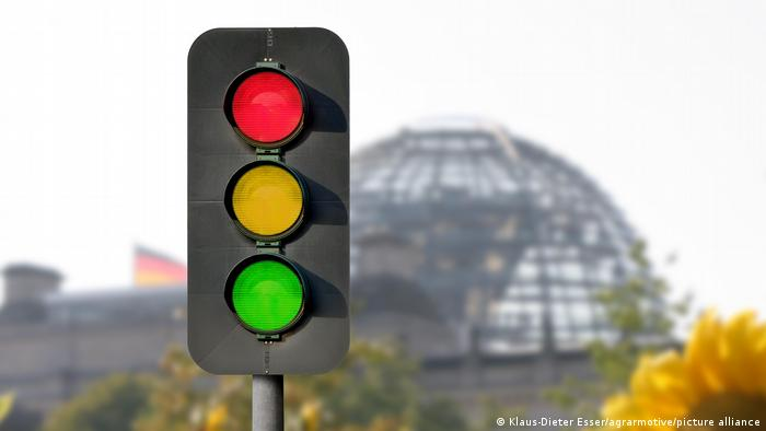 A traffic light in front of the German parliament
