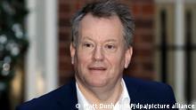 ARCHIV - 09.12.2020, Großbritannien, London: David Frost, Großbritanniens Chef-Unterhändler für den Brexit, verlässt die Downing Street 10. Frost hat die EU davor gewarnt, im Streit um die Brexit-Regeln für die britische Provinz Nordirland einen «historischen Fehler» zu begehen. Foto: Matt Dunham/AP/dpa +++ dpa-Bildfunk +++