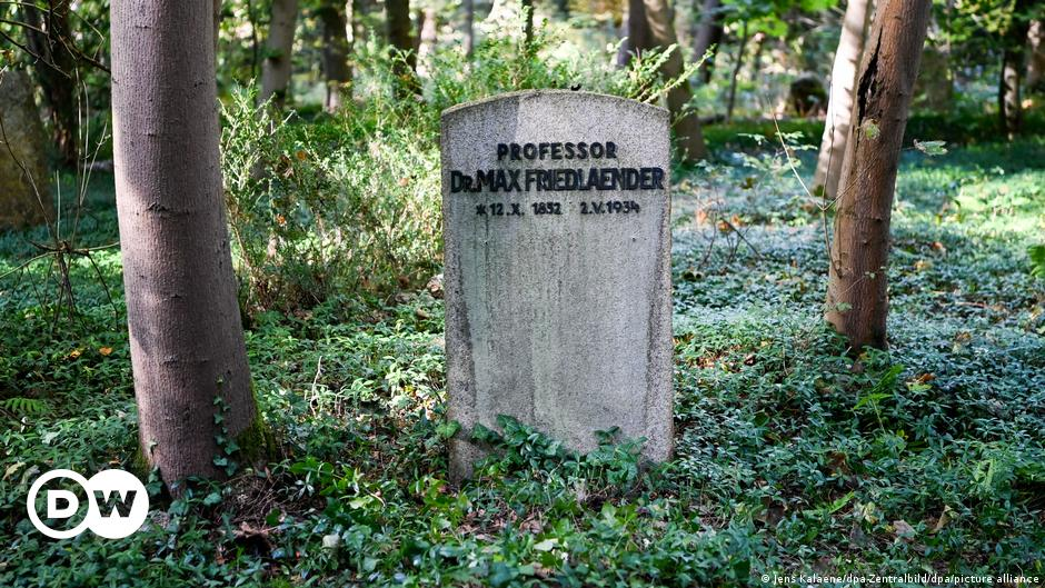 Germany: Burial of neo-Nazi's ashes in plot of Jewish scholar sparks uproar
