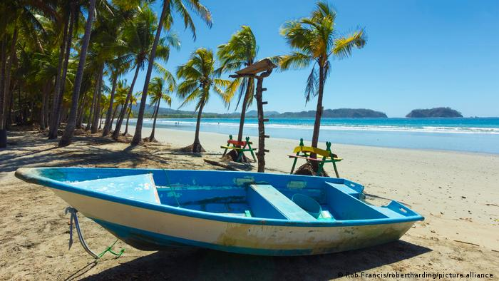 """Plave zone su regioni sveta u kojima ljudi žive mnogo duže od proseka. Den Butner je u novembru 2005. u časopisu National Geographic u naslovnoj priči """"Tajne dugog života"""". plavim zonama proglasio 5 mesta: Okinavu (Japan), Sardiniju (Italija), poluostrvo Nikoja (Kostarika), Ikariju (Grčka) i Adventiste sedmog dana u Loma Lindi u Kaliforniji."""