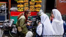 Sendung: Dokumentation Motorcycle Woman - Pakistan Sendedatum: 20.11.2021 Thema: Eine junge pakistanische Frau fährt mit dem Motorrad durch ihr Heimatland Mit dem Motorrad durch ihre Heimat Pakistan zu fahren - für Zenith Irfan selbstverständlich. Doch ist auch die Gesellschaft Pakistans bereit, Frauen diese Freiheiten zuzugestehen? Die Doku zeigt Zeniths Roadtrip durch ein patriarchalisch geprägtes Land. © ZDF / Markus Lerchbaum (Stills aus einer ZDF-Doku)