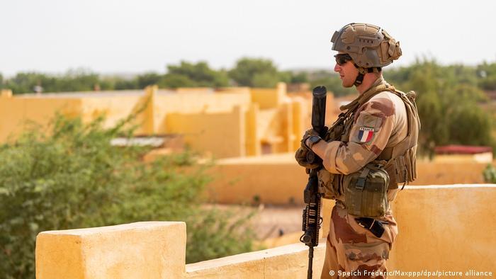 Ein französischer Soldat auf einem Hausdach