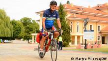 Bild von dem 73-jährigen bulgarischen Radfahrer Petar Dimitrov. Die Autorin ist DW Korrespondentin Mariya Milkova.