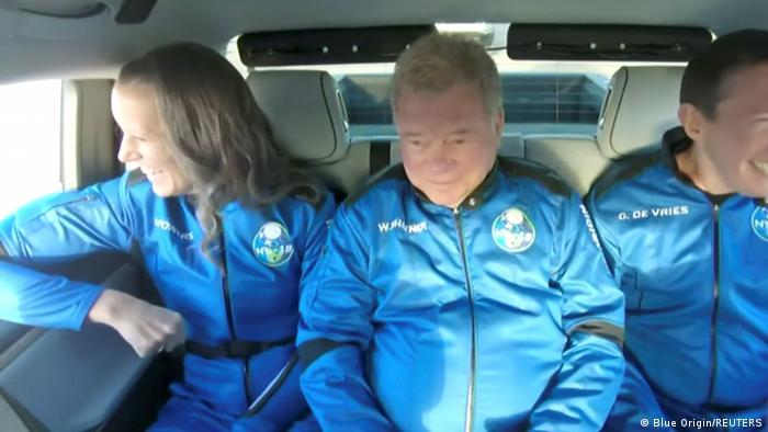 O ator William Shatner e outros passageiros do voo da Blue Origin