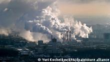 ARCHIV - Rauch steigt am 15.12.2016 aus den Schornsteinen einer Industrieanlage in Moskau (Russland) auf. (zu dpa «Schock-Botschaft aus Bonn: Der CO2-Ausstoß steigt wieder» vom 13.11.2017) Foto: Yuri Kochetkov/EPA/dpa +++ dpa-Bildfunk +++
