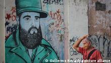 Ein Mann mit Mund-Nasen-Schutz geht vor einem Wandbild des ehemaligen kubanischen Präsidenten Fidel Castro. In Kuba sind 5310 Menschen an Covid-19 erkrankt.