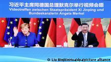 Xi Jinping, Präsident von China, und Angela Merkel (CDU), Bundeskanzlerin von Deutschland, sind auf einem Monitor zu sehen, während sie sich bei einer Videokonferenz begrüßen. Merkel und Jinping haben über die Entwicklung der deutsch-chinesischen Beziehungen und aktuelle Themen der internationalen Agenda gesprochen. +++ dpa-Bildfunk +++