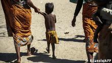 Niños con sus madres en Madagascar.