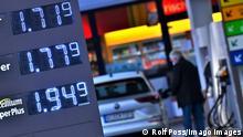 Motorista abastece seu veículo em posto de combustíveis em Munique, no sul da Alemanha