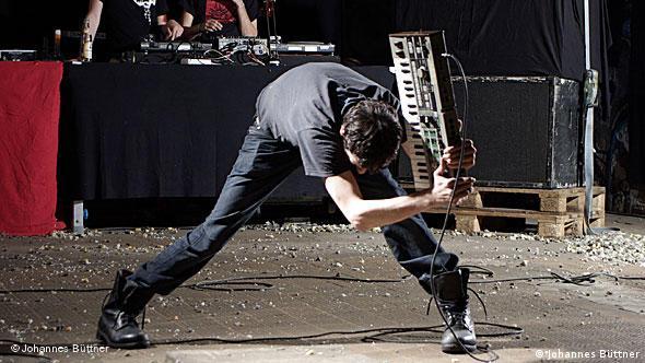 Комментарий для молодого поколения: эта картинка воспроизводит обложку знаменитой панк-группы The Clash