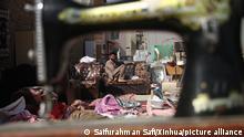 Ein Verkäufer wartet auf einem Markt auf Kundschaft, um Gebrauchtwaren zu verkaufen. Seit der Übernahme des Landes durch die Taliban haben wachsende Armut und Arbeitslosigkeit den Handel mit gebrauchten Haushaltsgeräten und Waren ansteigen lassen. +++ dpa-Bildfunk +++