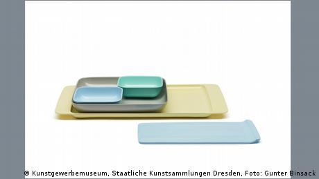Zwei rechteckige Tabletts, darauf einige kleinere flache rechteckige Schalen
