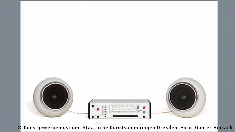 Musikanlage mit zwei runden weißen Lautsprechern rechts und links
