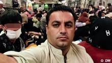 (Ahmad Mugaber), Geflüchteter aus Afghanistan unterwegs in einer Maschine der US Air Force, die ihn und andere aus Kabul ausfliegt.