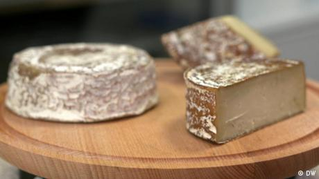 Drei Käsestücke auf einer Holzplatte