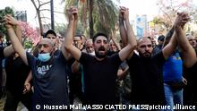 14.10.2021, Beirut, Libanon, Supporters of the Shiite Hezbollah and Amal groups chant slogans against Judge Tarek Bitar who is investigating last year's deadly seaport blast, during a protest in front of the Justice Palace in Beirut, Lebanon, Thursday, Oct. 14, 2021. (AP Photo/Hussein Malla)