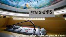 Das Namensschild der USA (französisch «Etats-Unis») hängt am leeren Platz des US-Delegierten während der 38. Sitzung des Menschenrechtsrates der Vereinten Nationen («United Nations Human Rights Council») im europäischen Hauptquartier der UN in der Schweiz. (zu dpa «USA kehren als Beobachter in den UN-Menschenrechtsrat zurück») +++ dpa-Bildfunk +++
