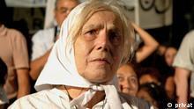 Josefa Pussek de Galván (Mutter von Plaza de Mayo) in einer Demo für Gerechtigkeit in Argentinien