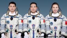 14.10.2021, Peking Die chinesischen Astronauten Ye Guangfu, (l-r), Zhai Zhigang und Wang Yaping schauen in die Kamera. Mit sechs Monaten im All wollen die drei chinesischen Astronauten einen Rekord für das chinesische Raumfahrtprogramm aufstellen. +++ dpa-Bildfunk +++