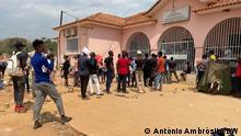 14.10.2021, Caxito, Bengo, lange Schlangen vor den Covid-19-Impfstellen in der angolanischen Provinz Bengo. Ab dem 1. November ist die Vorlage einer Impfbescheinigung für den Zugang zu verschiedenen Einrichtungen und Dienstleistungen im ganzen Land obligatorisch.