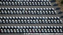 17.08.2018, Schönefeld, Brandenburg: Nicht zugelassene Volkswagen stehen auf einem Parkplatz des noch nicht eröffneten Flughafens BER in Schönefeld bei Berlin. Die Volkswagen AG hat rund 8000 Stellplätze in drei Parkhäusern und auf drei Freiflächen gemietet. Foto: Ralf Hirschberger/dpa