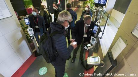 En Italia, los empleados tienen que mostrar su pasaporte sanitario.