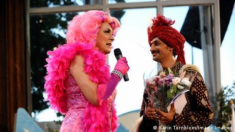 O príncipe indiano Manvendra Singh Gohil com uma dragqueen no Europride 2008.