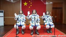 Die chinesischen Astronauten Ye Guangfu, (l-r), Zhai Zhigang und Wang Yaping tragen Raumanzüge und winken, als sie an einer Abschiedszeremonie im Jiuquan Satellite Launch Center teilnehmen. Die Astronauten wollen für sechs Monate im All verbringen. +++ dpa-Bildfunk +++