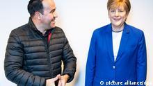 Merkel-Fan Alexis Vaiou steht neben der lebensgroßen Wachsfigur von Bundeskanzlerin A. Merkelin der CDU-Zentrale. Der Bremerhavener Gastronom und bekennender Merkel-Fan AlexisVaiou ließ die Figur anfertigenund überlässt sie nun der CDU in der Hansestadt. +++ dpa-Bildfunk +++