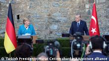 16.10.2021, Istanbul*** ISTANBUL, TURKEY - OCTOBER 16: (----EDITORIAL USE ONLY - MANDATORY CREDIT - TURKISH PRESIDENCY / MURAT CETINMUHURDAR / HANDOUT - NO MARKETING NO ADVERTISING CAMPAIGNS - DISTRIBUTED AS A SERVICE TO CLIENTS----) Turkish President Recep Tayyip Erdogan and German Chancellor Angela Merkel hold a joint press conference after their meeting at Huber Mansion, in Istanbul, Turkey on October 16, 2021. Turkish Presidency/Murat Cetinmuhurdar/Handout / Anadolu Agency