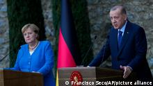 16.10.2021, Istanbul*** Turkey's President Recep Tayyip Erdogan, right, talks to journalists next to German Chancellor Angela Merkel during a joint news conference following their meeting at Huber vila, Erdogan's presidential resident, in Istanbul, Turkey, Saturday, Oct. 16, 2021. The leaders discussed Ankara's relationship with Germany and the European Union as well as regional issues including Syria and Afghanistan. (AP Photo/Francisco Seco) Im Hochformatzuschnitt - nur Erdogan!