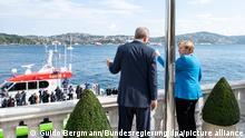 HANDOUT - 16.10.2021, Türkei, Istanbul: Der türkische Präsident Recep Tayyip Erdogan und Bundeskanzlerin Angela Merkel (CDU) unterhalten sich zu Beginn ihres Treffens am Bosporus in Istanbul. Foto: Guido Bergmann/Bundesregierung/dpa - ACHTUNG: Nur zur redaktionellen Verwendung im Zusammenhang mit der aktuellen Berichterstattung und nur mit vollständiger Nennung des vorstehenden Credits +++ dpa-Bildfunk +++